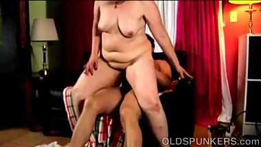 Beefy older babe gives an amazing sloppy blowjob