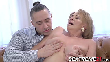 Seductive granny sucks a throbbing dick before hard fucking