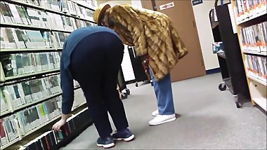 CANDID BBW NERDY WHITE GILF LIBRARIAN TIGHT JEANS BIG ASS BENDING OVER SPY!