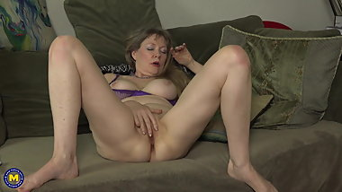 Mature mom next door feeding her pussy